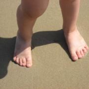 marcher pieds nus pour un enfant est bon pour lui, parlez en à votre osteo
