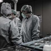 Il est important de consulter son ostéopathe avant une opération chirurgicale sous anesthésie pour limiter les troubles et après une chirurgie pour améliorer la cicatrice
